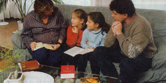 Risultato immagini per famiglia in preghiera
